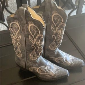 Cowboy boots snip toe worn once size 7. Great cond